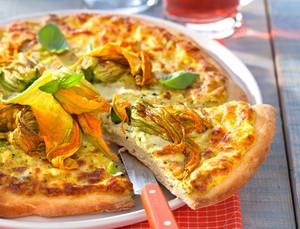 Miam la pizza aux fleurs de courgette : une recette originale et colorée ! Photo de Laurent Rouvrais pour Femme Actuelle